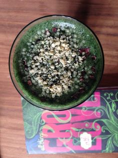 Thanks to the fruits and superfoods (spirulina, chlorella and chia seeds) it contains, this simple green smoothie will help you get the nutrition you need on a daily basis: chlorophyll, iron,