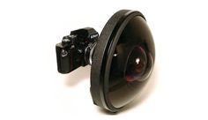 Nikkor 6mm f/2.8 Fisheye: Super Grande Angular A lendário Nikkor 6mm f/2.8, de 1973, é uma lente olho de peixe com um campo extremo de 220 graus de visão, permitindo que a lente veja atrás de si. A lente é composto por 12 elementos em 9 grupos que trabalham juntos para fazer a maravilha da engenharia dessa pequena de 5 quilos possível. A 6mm Nikkor também inclui seis filtros de balanço de brancos. A cópia mais recente dessa lente olho de peixe foi vendida em Londres por US$ 160 mil (R$ 512…
