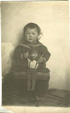 В основном, куклы и несколько машинок. 2.Семья Ушаковых - зав. аптекой 3. Опять же - фон. 4. 5. 6. 1929-32(?)Это фото из архива konstantinna Публикуется с разрешения хозяйки архива.…