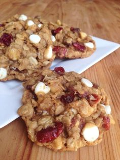 Cranberries white chocolate chip oatmeal cookies from ordinary to spectacular. The oatmeal cookie recipe itself is fantastic with all the thick, chewy-softness you would want in a cookie. Köstliche Desserts, Delicious Desserts, Dessert Recipes, Yummy Food, Oatmeal Cookie Recipes, Oatmeal Chocolate Chip Cookies, Cranberry White Chocolate Cookies, White Chocolate Chips, Pie Cake