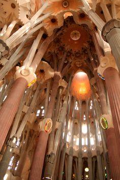 Предлагаем Вам оценить по достоинству работы Антонио Гауди - гениального архитектора и, по словам искусствоведов, «Леонардо да Винчи 20 века».
