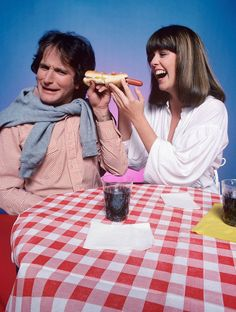 MORK AND MINDY - TV SHOW PHOTO #36 - ROBIN WILLIAMS AND PAM DAWBER