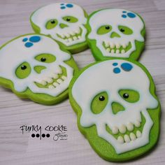 What is a skeleton's favorite musical instrument? A trom-bone… Halloween Desserts, Postres Halloween, Halloween Cookies Decorated, Halloween Sugar Cookies, Halloween Food For Party, Halloween Treats, Decorated Cookies, Halloween Drinks, Halloween Ornaments