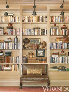 What a gorgeously organized set of bookshelves - de casas design office design interior design Bookshelf Styling, Bookcase Shelves, Built In Bookcase, Bookcases, Bookshelf Ideas, Bookshelf Lighting, Arranging Bookshelves, Shelving, Library Lighting