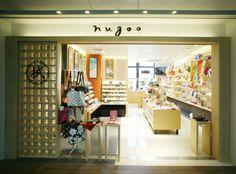 nugoo 拭う鎌倉 KITTE丸の内店は、「古(いにしえ)と新しい感性の融合」をテーマにした4階にあります。注染の伝統を受け継ぎながら、やさしく新しいデザインを織り込み、様々な小物まで世界観を広げるnugooのオリジナリティを表現する店舗につくりました。