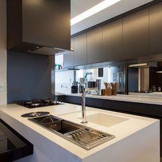 Cozinha com ilha integrada a sala de jantar - Por GF Projetos - foto @juliaribeirofotografia - #arquitetura #interiores #reforma #cozinha #kitchen #ilha #cozinhagourmet #design #designdeinteriores #interiordesign #projeto #cinzachumbo #cozinhacinza