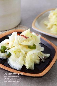 양배추 이렇게 먹으니 무지 헤프네요. 양배추를 너무 강하지 않게 잘 절여서 만든 피클인데요, 지난주에 올... Banchan Recipe, Easy Cooking, Cooking Recipes, Korean Side Dishes, K Food, Vegetarian Recipes, Healthy Recipes, Daily Meals, Food Festival
