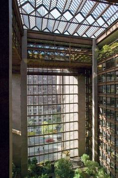 the Ford Foundation Building in midtown Manhattan. Designed by architect Kevin Roche / Engineer John Dinkeloo. Amazing Architecture, Interior Architecture, Biophilic Architecture, Ford Foundation, High Building, Hospital Design, Window View, Modern Buildings, Atrium