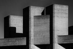 Brutalist architecture-the national theatre, london - denys lasdun. Modern Buildings, Beautiful Buildings, Gothic Architecture, Architecture Design, Architectes Zaha Hadid, Royal National Theatre, Interesting Buildings, Le Corbusier, Built Environment
