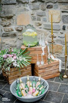 Die Candybar darf bei Festival und Greenery Hochzeiten etwas rustikaler sein. So liegen in einer Wanne voller Eis frisch gekühlte Getränke. Ein großer Glasbottich mit Limonade steht für eine Erfrischung bereit und die Hochzeitstorte wartet darauf angeschnitten zu werden.
