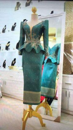 Kouki 👑's media statistics and analytics Beautiful Ankara Gowns, Beautiful Long Dresses, Beautiful Outfits, African Wear Dresses, African Attire, Modern Filipiniana Gown, Muslimah Wedding Dress, Lace Mermaid Wedding Dress, Western Dresses