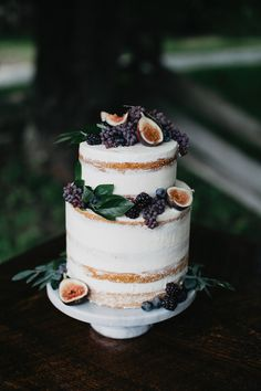 This Naked cake would look great with local berries as well as a few flowers from the florist and Strawberries. Bolos Naked Cake, Naked Cakes, Pretty Cakes, Beautiful Cakes, Amazing Cakes, Creative Wedding Cakes, Wedding Cake Designs, Cake Wedding, Wedding Reception