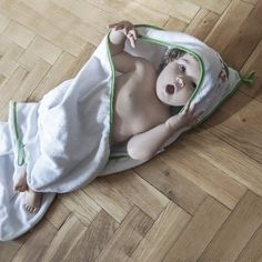 Baby Kapuzenhandtuch mit Waschhandschuh - Set Kapuzenbadetuch für Kinder mit Handschuh in grün mit niedlicher Waldtiere Stickerei von HOBEA-Germany.