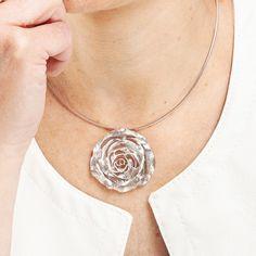 Largo Negro Gamuza Distintivo Collar con martillado Corazón Colgante Boho Bijoux