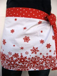 10 free apron patterns. This one made from a tea towel.