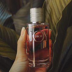 Joy by @dior 💕 La mezcla perfecta entre aromas cítricos y florales. Alegría, vivacidad y suavidad; son las principales características que describen a este perfume.  Totalmente recomendado! . . . . . . . #parfume #dior #joybydior #inspiration #inspo #perfume #sueñamorena Azul Vintage, Dior, Outfits Primavera, Cool Outfits, Perfume Bottles, Ootd, Women's Fashion, Travel, Beauty