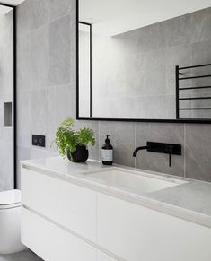 😬 This BLUE DREAM in the pretty Melbourne 'burb of Elsternwick sets the bar intimidatingly high for First Time… Modern Bathroom Design, Bathroom Interior Design, Home Decor Signs, Cheap Home Decor, Home Decor Kitchen, Home Decor Bedroom, Ideas Baños, Bathroom Renos, Bathroom Inspiration