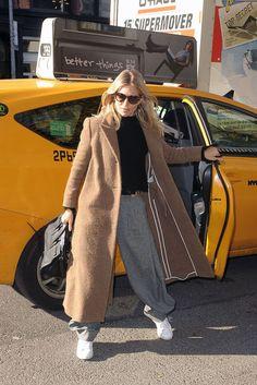 Il cappotto dell'inverno 2017-2018? È il cappotto cammello, lungo e super chic e si indossa come fa Sienna Miller