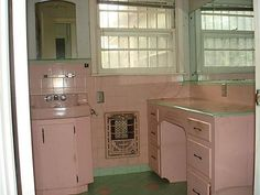A wonderful pink and green vintage tiled bathroom from 1953 in a home Fort Worth, TX Vintage Tile, Vintage Kitchen, Vintage Decor, Vintage Designs, Vintage Bathrooms, Pink Bathrooms, Aqua Bathroom, Mid Century Bathroom, Art Deco Bathroom