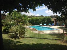 Location vacances maison Galargues: La piscine et sa barrière coulissante