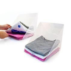 Este estante de láminas te permite doblar ordenadamente tus suéteres y playeras - y te permite colgarlos también. Obtenlos aquí.