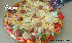 Our Favorite Barbecue Chicken Pizza Pizza night just got even more delicious! Quick Recipes, Pasta Recipes, Pizza Salami, Turkish Breakfast, Turkish Kitchen, Pizzeria, Turkish Recipes, World Recipes, Diy Food