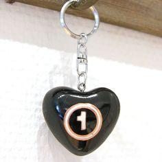 Lässt jedes Herz klingeln... . Bunter Schlüsselanhänger mit Klangherz. Ein kleines Geschenk von Herzen für die Freundin, den Freund, die Ehefrau, den Ehemann, für sich selber oder einfach so. Eine Geschenkidee zum Valentinstag, Geburtstag oder um jemanden seine Liebe zu zeigen. Love Affair, Personalized Items, Fabric Garland, Husband, Valentine Gift For Him, Stocking Stuffers, Heart