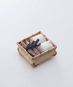<鈴懸>百菓行李1|饅頭をご紹介します。岩田屋三越オンライストアでは、九州・博多の特産品や人気の限定品・先行品など充実した品揃えでご紹介。お中元やお歳暮をはじめ、化粧品・食品など、季節の贈り物やギフト、プレゼントに最適なアイテムもご用意。一部送料無料。