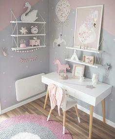 Детская светлая комната с единорогом и лебедем
