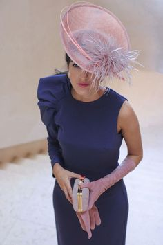 Invitada boda de mañana otoño invierno tocado pequeño vintage vestido morado invitada perfecta Race Day Fashion, Look Fashion, Fashion Outfits, Wedding Hats, Wedding Dresses, Kentucky Derby Outfit, Fascinator Hats, Fascinators, Headpiece