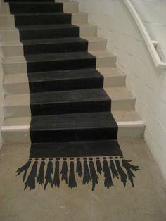 escalier peinture tapis trompe l'oeil painted runner on concrete stairs via MollyLoot Painted Rug, Painted Stairs, Painted Floors, Painted Floor Cloths, Carpet Diy, Stair Carpet, Carpet Ideas, Paint Runner, Painting Carpet