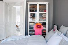gill renlund | Sängen är bäddad med sänglinnen från Mille notti. I vitrinskåpet ...