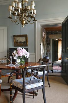 An Elegant English Country Home - The Glam Pad English Country Home Style Countryside Susan Burns Design interior consulting traditional classic abstract art fine antiques gardens la cornue kitchen English Country Kitchens, English Country Style, Country Style Homes, French Country, Kitchen Country, Country Chic, Style At Home, La Cornue, Architecture Design