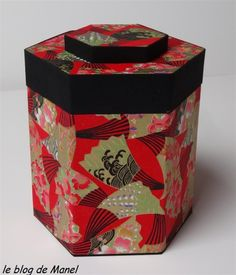Les cartonnages de Manel / boite hexagonale fermée Fabric Covered Boxes, Fabric Boxes, Fabric Storage, Cardboard Crafts, Fabric Crafts, Gift Box Packaging, Box Art, Art Boxes, Bookbinding