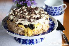 """""""Islandskake"""" kjennetegnes av en kakebunn laget av kokosmarengs og et fyll av vaniljekrem, kremfløte og sjokolade. Kaken kan lages både med og uten sviskefyll (du finner også oppskrift på """"Islandskake"""" uten svisker her på detsoteliv.no). Mange blir litt skeptiske når det gjelder sviskene, men sviskene gir faktisk en VELDIG GOD smak! Se også oppskrift på """"Islandskake med ananas"""", som inneholder corn flakes i kakebunnen og ananas i fyllet. Se dessuten """"Bringeb... Meringue Pavlova, Gluten Free Cakes, Cakes And More, Let Them Eat Cake, Cake Cookies, Yummy Cakes, Cake Pops, Cake Recipes, Food And Drink"""
