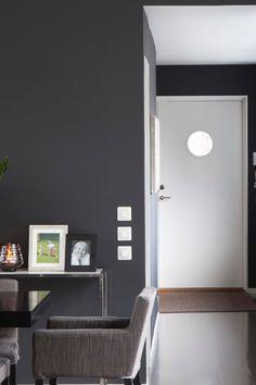 Fargen er en dyp mørk gråtone. Fargen er mystisk og diskret. Den gir stramme murhus et elegant preg. Men passer bemerkelsesverdig i norske stuer. #Mørkgrå#grå#stue#gang#lykt#hvit#dør#inspirasjon#inspiration#fargekart#bilderammer#plante#grey#hall#livingroom#fargerike#skjenk#stål#sidebord Ikea, Bathroom, Washroom, Ikea Co, Bathrooms, Bath