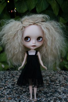 a rainbow of Blythe dolls! Emo, Doll Toys, Baby Dolls, Gothic Dolls, Creepy Dolls, Doll Parts, Doll Repaint, Little Doll, Collector Dolls