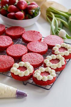 Wedding Dessert Ideas: Mini Red Velvet Cakes in 2020 Fancy Desserts, Wedding Desserts, Wedding Cakes, Cake Decorating Techniques, Cake Decorating Tips, Mini Cakes, Cupcake Cakes, Mini Birthday Cakes, Cake Fondant