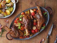 Lammhaxen mit Gemüse und Kartoffeln ist ein Rezept mit frischen Zutaten aus der Kategorie Lamm. Probieren Sie dieses und weitere Rezepte von EAT SMARTER!