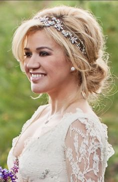 We really loved the simplicity of this Bridal Style!  (Kelly Clarkson)