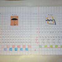 Aujourd'hui, j'ai photographié les cahiers d'écriture de mes élèves pour vous donner une idée de l'évolution en CP au cours de l'année. J'utilise trois cahiers dans l'année : un seyes 3 mm...
