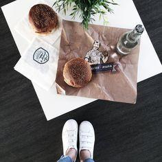 Burger - Merci @uberfr pour la fat de livraison de burgers  Lyonnaises lyonnais vous avez jusqu'à 14h30 pour vous faire livrer gratuitement deux burgers de @burgersdepapa !  Connectez vous sur l'apps Uber et sélectionnez en bas à droite livraison Burgers de Papa   Profitez de 15 offert sur votre course Uber avec MARIEANDMOOD  #yummy #friday #uber #burger #fbloggers #lyon #lunch #food #blogger #goodtime #happy by marieandmood