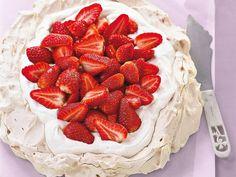 Süß in den Frühling: Das Rezept für Erdbeer-Pavlova besteht aber nicht nur aus Erdbeeren und Sahne!