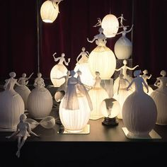 Sophie Mouton-Perrat et Frédéric Guibrunet sont deux artistes français qui ont eu l'idée de créer des luminaires en papier mâché sous forme de danseuses. SooCurious vous présente leurs délicatesœuvres.Cela fai...