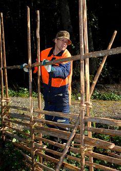 kuva Rustic Fence, Wooden Fence, Wooden Garden, Wattle Fence, Garden Fencing, Diy Fence, Fence Landscaping, Cerca Natural, Bird Quilt Blocks