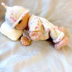J'aime voir les chariots en crèches et cherchait un bébé tricoté à tricoter pour coquelicot mais ne pouvait trouver crochet lits donc décidés d'essayer de concevoir un.  Cela a pris beaucoup de tentatives, essayant différents poids de fil et aiguille tailles pour créer une entreprise de tissu assez pour transporter son propre poids et le poids d'un chariot. Mais enfin je suis heureux avec le design. Alors bien sûr elle avait besoin d'un chariot de dormir dans le lit de bébé et ensuite le…