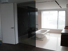 Badkamer Douchewand Glas : Donkere rijke kleuren in de badkamer combineren goed met een