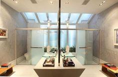 A Sala de Banho do Casal, desenhada por Henrique Damasco, é dividida em dois lados para manter a privacidade do casal. Cada um dos lados tem sua própria bancada, boxe e vaso sanitário. A claridade do banheiro é proporcionada pela iluminação natural, pelo teto solar e pela parede de vidro. Piso de marmoglass reveste o banheiro.