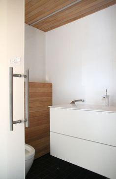 hunajaista honka asuntomessut wc House In The Woods, Finland, Bathtub, Vanity, Bathroom, Modern, Home, Standing Bath, Dressing Tables