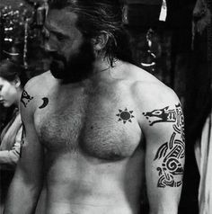 Rollo from Vikings Clive Standen Tattoo Sol E Lua, Sol Y Luna Tattoo, Moon Sun Tattoo, Sun Moon, God Tattoos, Tattoos For Guys, Tatoos, Vikings Tatoo, Black Tattoos